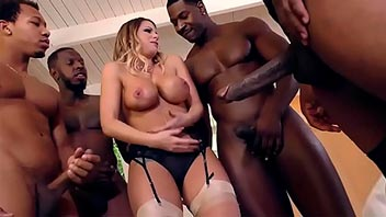 Rubia tetona follada por un grupo de negros