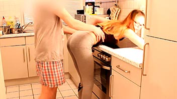 Se corre dentro de su cuñada mientras cocina
