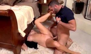 Se folla a su suegra atorada debajo de la cama