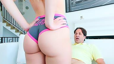 jovencita se venga de su novio follando con su padre