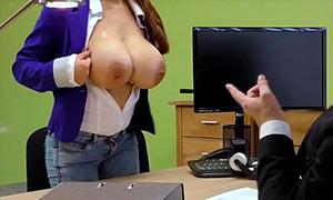 Secretaria de tetas grandes seduce a su jefe