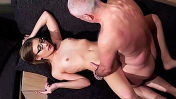 Secretaria jovencita tiene sexo con su jefe viejo