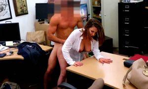 Secretaria tetona follando por dinero al hijo del jefe en la oficina