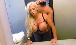 sexy secretaria tetona follada en el baño