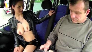 Sexo en el coche con una puta de la calle