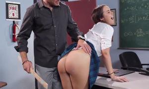 Sexy colegiala follando con su profesor en el aula ella lo provoca