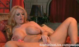 Sophie Dee toda una zorra juega con sus tetas y coño hasta el orgasmo