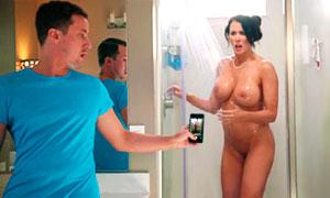 madre pilla a su hijo espiando en la ducha