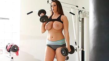 Tetona follada por el entrenador en el gym