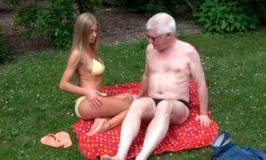 Viejo follando a una rubia adolescente al aire libre video xxx