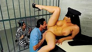 Zorra folla al policía para que su marido no vaya preso